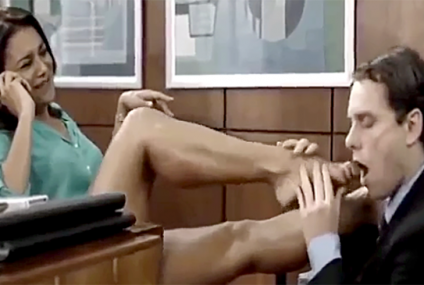 Beijando os lindos pés da atriz Dira Paes